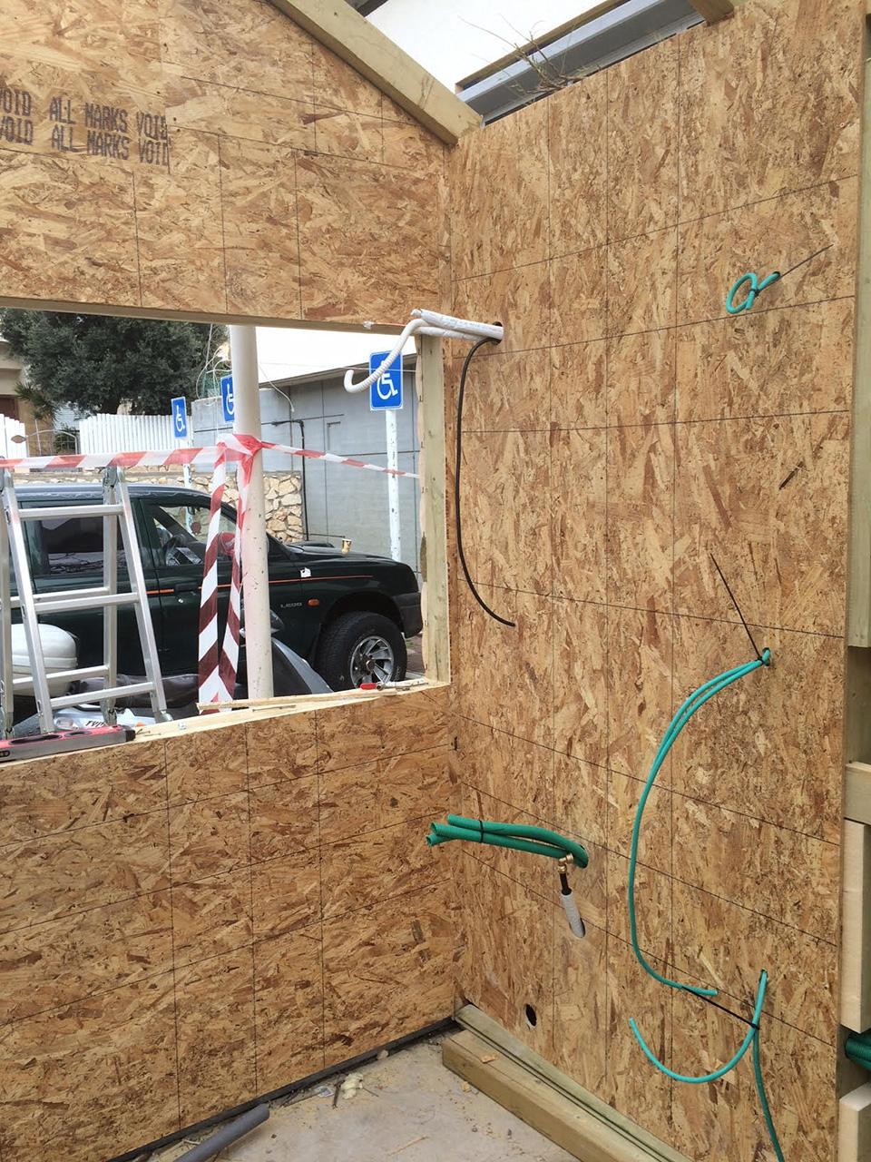 בוטקה עץ בית קיי: סידור חשמל בפנים