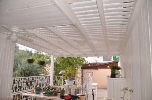 פרגולה לבנה במרפסת